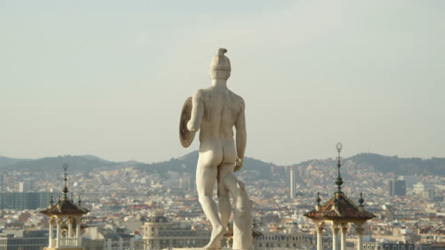 barcelona iconic sculpture at monjuic - plaça espanya with the city on the background - guerriero video stock e b–roll