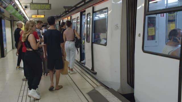 vídeos de stock e filmes b-roll de barcelona metro subway underground. city life b-roll establishing shot - esperar
