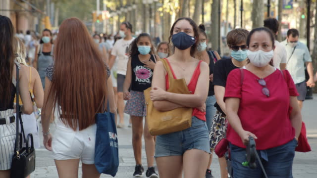 vídeos de stock e filmes b-roll de barcelona new normal city life. it is mandatory to wear mask on the street. paseo de gracia boulevard during summer 2020 - economy