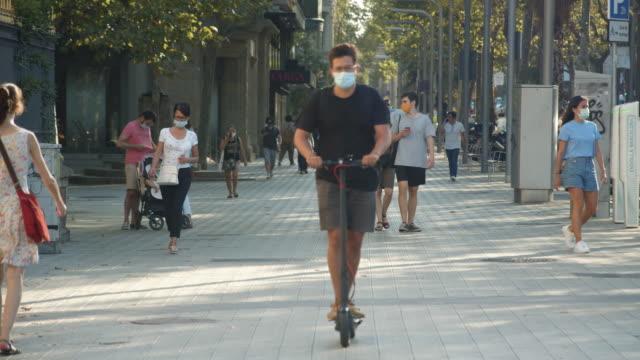 vídeos de stock, filmes e b-roll de barcelona new normal city life. people wearing masks at street during summer 2020 - bulevar