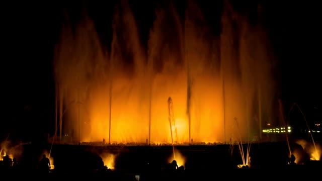 barcelona nacht plaza espana magic fountain - springbrunnen stock-videos und b-roll-filmmaterial