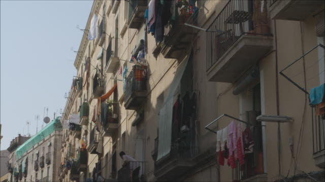 vídeos y material grabado en eventos de stock de barcelona old town balconies discovered travelling like a local. establishing shot. - balcón