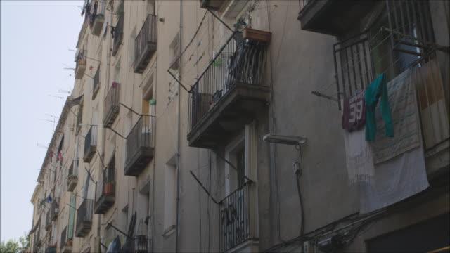 vídeos y material grabado en eventos de stock de barcelona old town balconies discovered travelling like a local. establishing shot. - clothesline