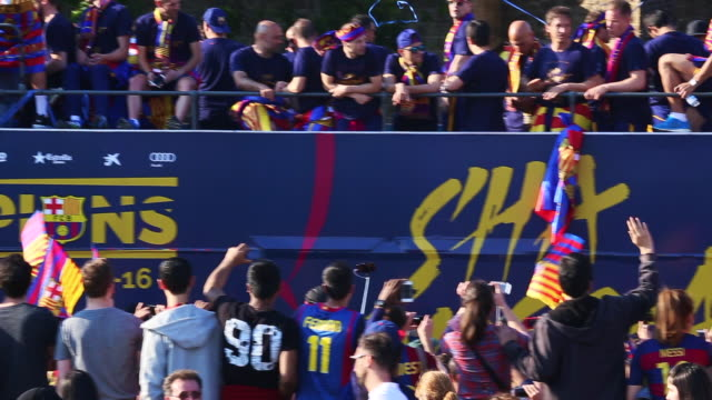 fc barcelona parade through the city as crowds of supporters celebrate their victory in the la liga bbva - neymar da silva stock-videos und b-roll-filmmaterial