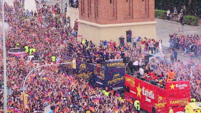 vidéos et rushes de barcelona parade through the city as crowds of supporters celebrate their victory in the la liga bbva 2015/16. - défilé