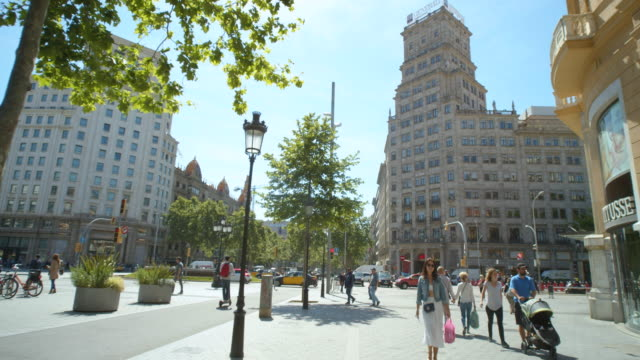 barcelona passeig paseo de gracia boulevard dolly shot. gran via de les corts catalanes crossroad - establishing shot点の映像素材/bロール