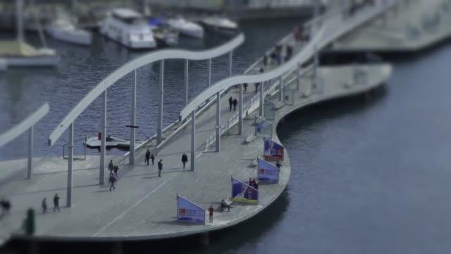 vídeos de stock e filmes b-roll de barcelona port bridge - porto de barcelona