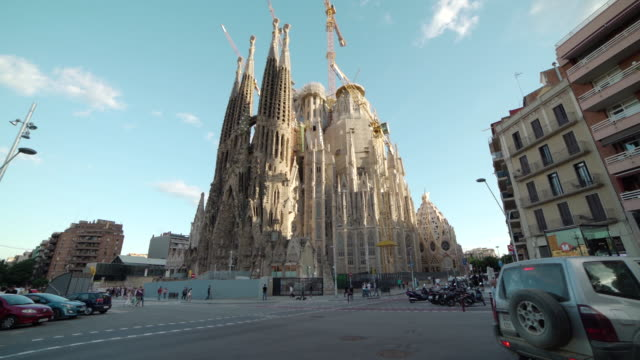 barcelona sagrada familia dolly shot - スペイン点の映像素材/bロール