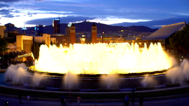 skyline di barcellona con fontana magica al tramonto - barcellona spagna video stock e b–roll