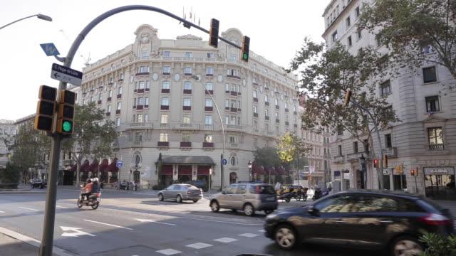 vídeos y material grabado en eventos de stock de barcelona streets with cars, buses and motorbikes - barcelona