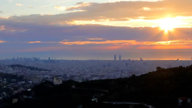 vídeos de stock e filmes b-roll de barcelona sunrise - febrary - crepúsculo