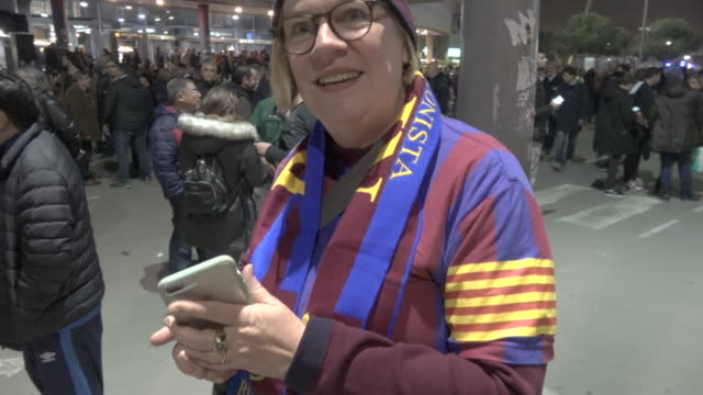 vidéos et rushes de barcelona supporter from berlin, germany during the football match between fc barcelona and real madrid at camp nou on december 18, 2019 in... - barcelone espagne