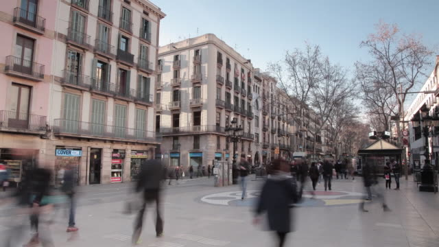 barcelona town people shopping timelapse - campo totale video stock e b–roll
