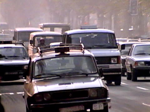 vídeos de stock, filmes e b-roll de tráfego de barcelona - vintage car
