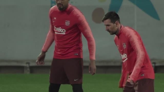 vídeos de stock, filmes e b-roll de barcelona y bayern munich parten como favoritos para pasar a cuartos de final de la liga de campeones cuando reciban el miercoles en la vuelta de... - olympique lyonnais