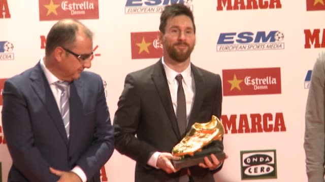 vidéos et rushes de barcelona's argentinian striker lionel messi poses with his fourth golden boot trophy as top scorer in all european soccer leagues of the 2016-17... - barcelone espagne