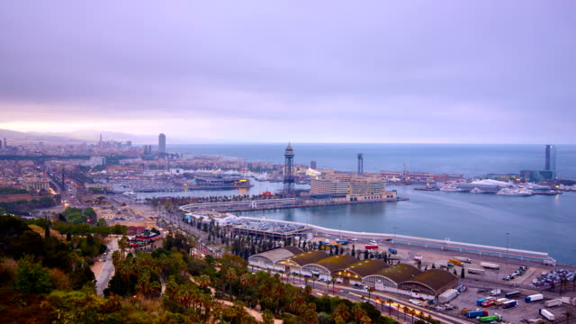 vídeos de stock e filmes b-roll de barcelona's sunrise a cloudy day - porto de barcelona