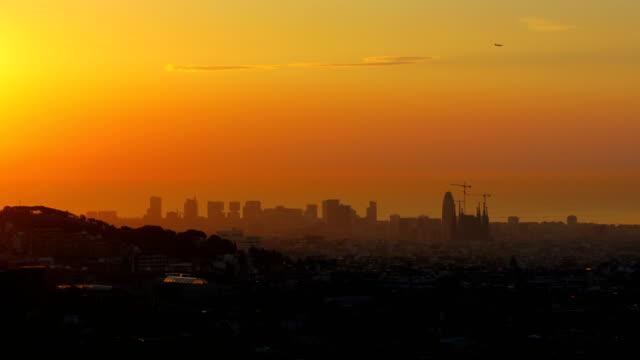 vídeos de stock e filmes b-roll de barcelona's sunrise a foggy day - pólen
