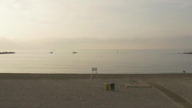 vídeos y material grabado en eventos de stock de barceloneta's beach early in the morning during summer - barcelona