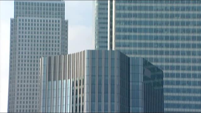 barclays announces drop in profits england london canary wharf int barclays bank headquarters building pan up - ローラ・クエンスバーグ点の映像素材/bロール