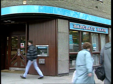 """security; england london? barclays bank branch cash dispenser screen """"if you see a suspect package...."""" notice to customers..suspect packages"""" - 年次総会点の映像素材/bロール"""