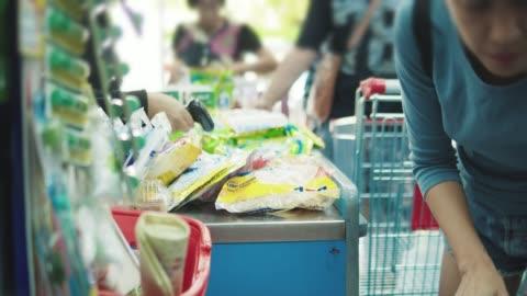 barcode-scanner an warenkorb kasse - supermarkt lebensmittel lagern - merchandise stock-videos und b-roll-filmmaterial