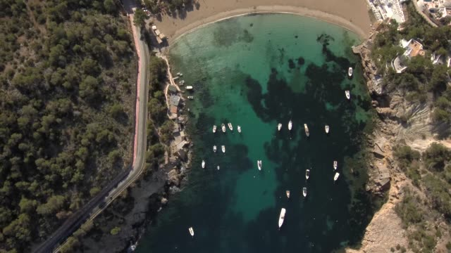 barcos en cala vedella, ibiza - イビサ島点の映像素材/bロール