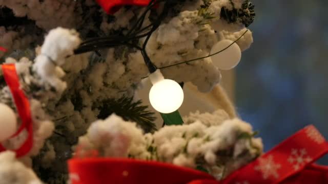 bare light bulb glittering on christmas tree / south korea - bare tree stock-videos und b-roll-filmmaterial