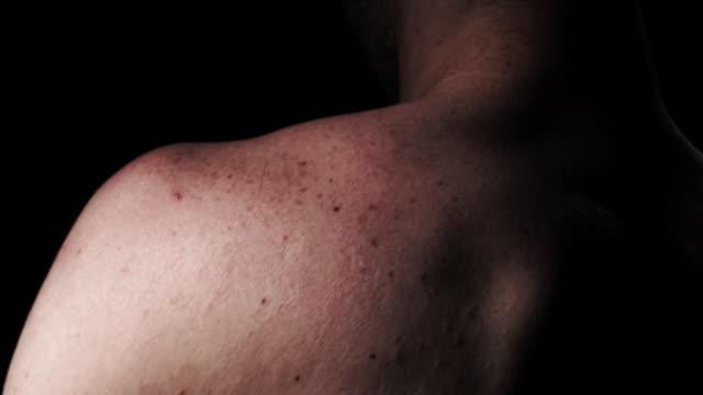 bare shoulder - 人間の関節点の映像素材/bロール