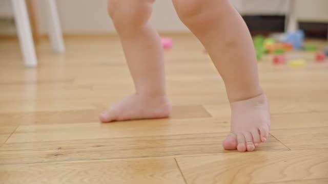 歩いて slo mo 裸足の赤ちゃん - 赤ちゃんのみ点の映像素材/bロール