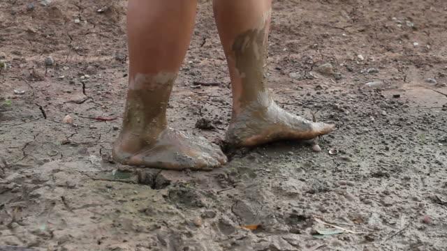 vídeos de stock e filmes b-roll de descalço sujo terreno. - lama solo