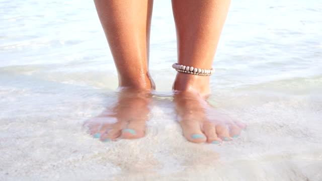 stockvideo's en b-roll-footage met blote voeten in ondiep water, maldiven - parel juwelen