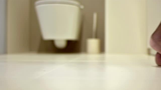 vídeos de stock e filmes b-roll de cu recipiente descalço na casa de banho - casa de banho