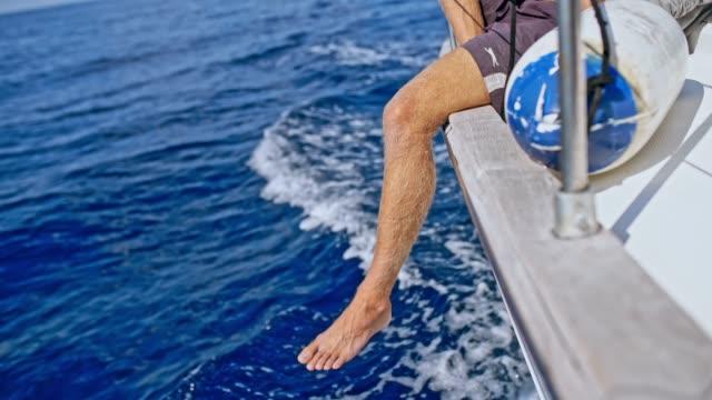 帆船では、リアルタイムの側の上の足で乗って 4 k 裸足の男 - 辺縁部点の映像素材/bロール