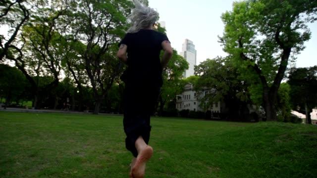 barfuß mann läuft - barfuß stock-videos und b-roll-filmmaterial
