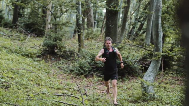 barfuß läufer laufen im wald schnell - vorderansicht stock-videos und b-roll-filmmaterial