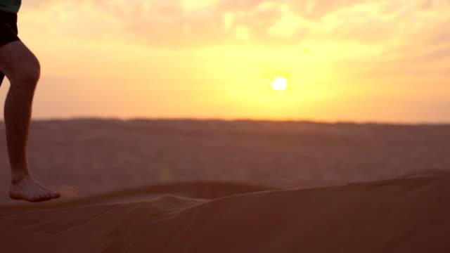 vidéos et rushes de courir pieds nus dans le sable dans le désert - pieds nus