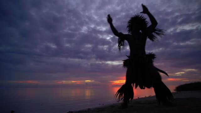 vídeos de stock e filmes b-roll de barefoot tahitian male at sunset performing war dance - povo polinésio