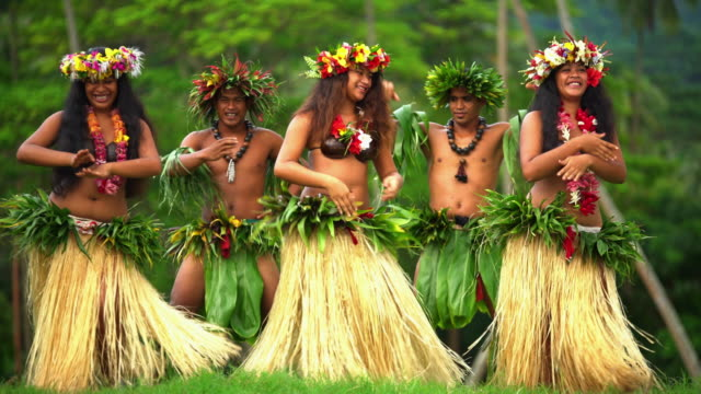 barefoot tahitian males in warrior dress french polynesia - polynesischer abstammung stock-videos und b-roll-filmmaterial