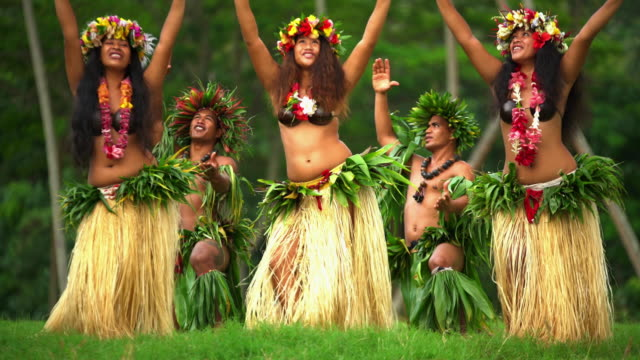barefoot tahitian males with females traditional dance celebration - pazifikinsulaner stock-videos und b-roll-filmmaterial