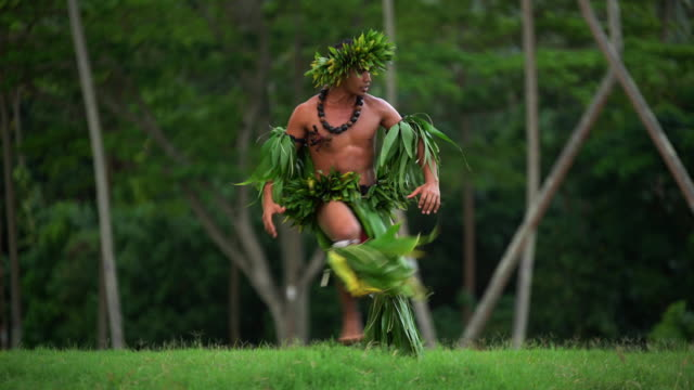 barefoot tahitian polynesian man performing traditional warrior dance - headdress stock videos & royalty-free footage