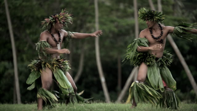 barefoot tahitian polynesian men performing traditional warrior dance - headdress stock videos & royalty-free footage