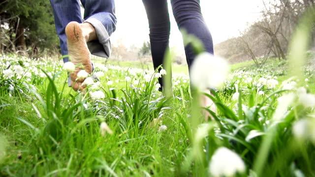 HD STEADY: Barefoot Walk Through The Grass