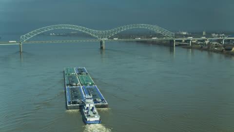 vídeos y material grabado en eventos de stock de barcaza acercándose al puente hernando de soto en el mississippi - barcaza embarcación industrial