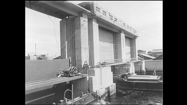 a barge glides through a flood barrier under construction. - 災害対策点の映像素材/bロール