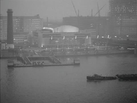 barge moves past the royal festival hall. 1960. - ロイヤルフェスティバルホール点の映像素材/bロール