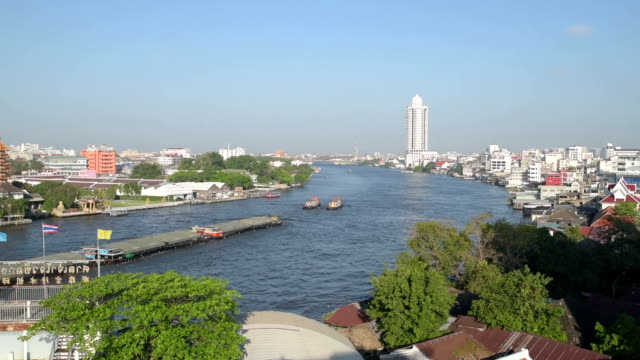 vídeos de stock, filmes e b-roll de barge on chao phraya river and skyline of bangkok - rio chao phraya