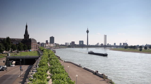 ws barge on river rhine, rhein tower and rheinknie bridge in background, dusseldorf, north-rhine-westphalia, germany - デュッセルドルフ点の映像素材/bロール