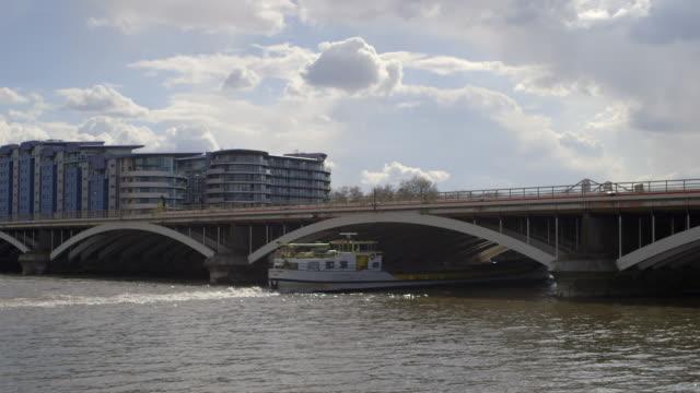 stockvideo's en b-roll-footage met ws barge passing underneath grosvenor bridge / battersea, nine elms, london, england, united kingdom - wandsworth