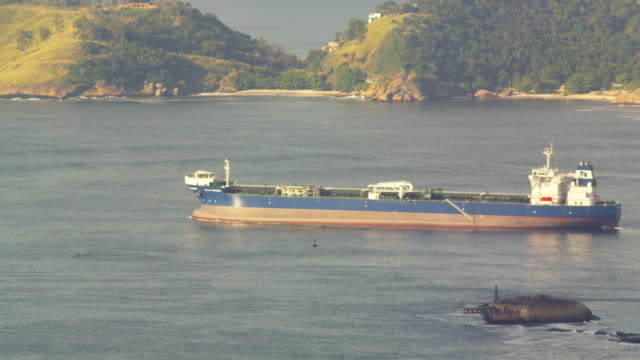 vídeos de stock, filmes e b-roll de barge slowly moving across guanabara bay - baía de guanabara